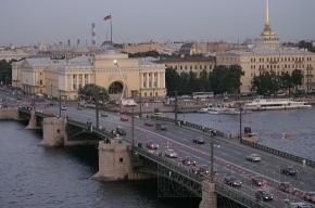 Прогулочное судно врезалось в Дворцовый мост из-за неисправного двигателя