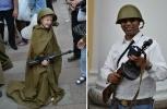 На Невском прохожие фотографировались с пулеметами и винтовками: Фоторепортаж