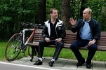 Медведев и Путин продемонстрировали умение кататься на велосипедах: Фоторепортаж