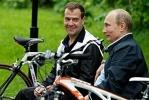Фоторепортаж: «Медведев и Путин продемонстрировали умение кататься на велосипедах»