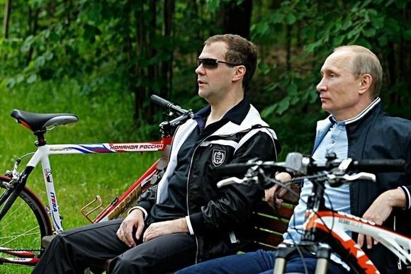 Медведев и Путин продемонстрировали умение кататься на велосипедах: Фото