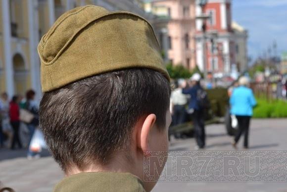 На Невском прохожие фотографировались с пулеметами и винтовками: Фото