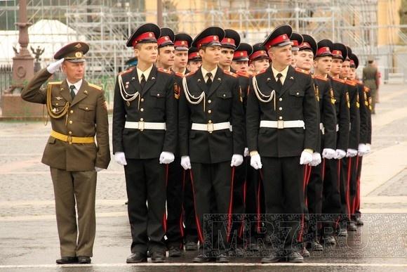 На Дворцовой площади курсанты репетировали свой выпуск: Фото