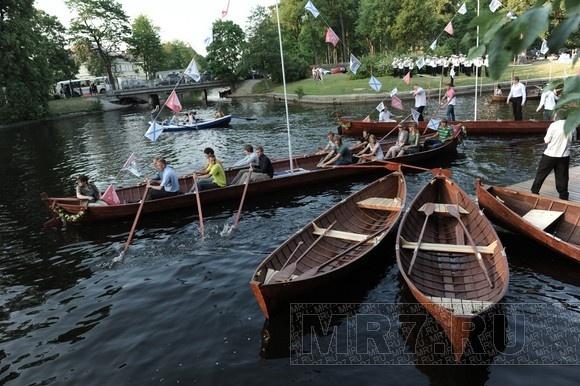 Девушку с веслом торжественно открыли: Фото