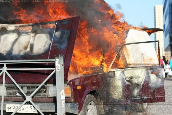 На углу Гражданского и Науки горел автомобиль: Фото