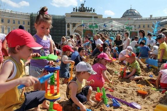 Дворцовая площадь превратилась в большую песочницу: Фото