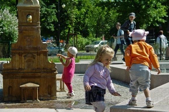 По мини-городу в Александровском парке бегают мега-пупсы: Фото