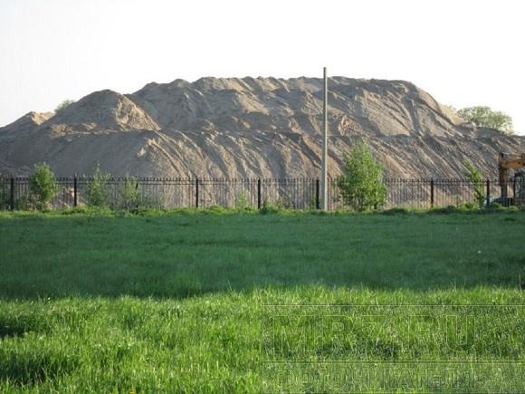 На Савушкина растет подозрительная гора песка: Фото