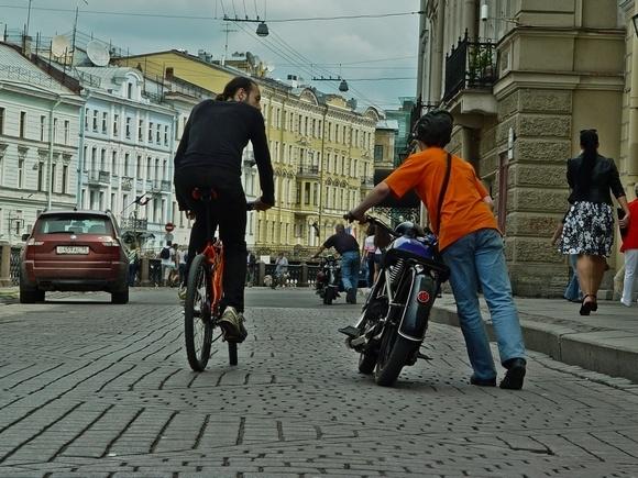 Тысячи байкеров проехали по Невскому проспекту: Фото