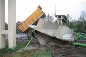 Водитель «Камаза» сбил пешеходный мост и погиб
