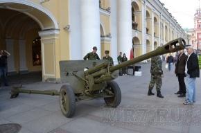 На Невском прохожие фотографировались с пулеметами и винтовками