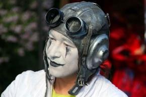 Фестиваль уличных театров открылся декадентским шествием (фото)