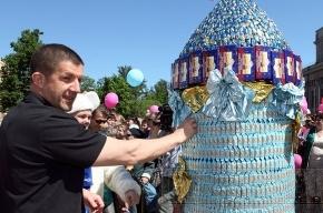 В честь Дня района на Петроградской стороне построили 2,5-метровую башню из конфет