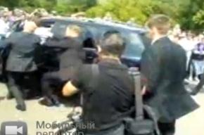 Президент России Дмитрий Медведев въехал на джипе в толпу встречающих