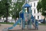 Фоторепортаж: «На детских площадках в центре - окурки, бутылки, шприцы и гнилые доски»