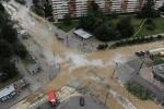 Фоторепортаж: «Улица Сикейроса: На месте разрыва трубопровода работают сварщики»