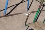 На детских площадках в центре - окурки, бутылки, шприцы и гнилые доски: Фоторепортаж
