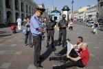 Фоторепортаж: «У Гостиного двора сидят бастующие активисты «Другой России»»