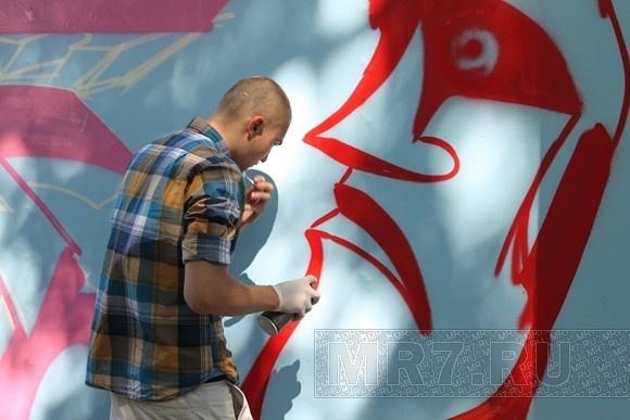 Петербургские граффитисты расписали щиты в центре города: Фото