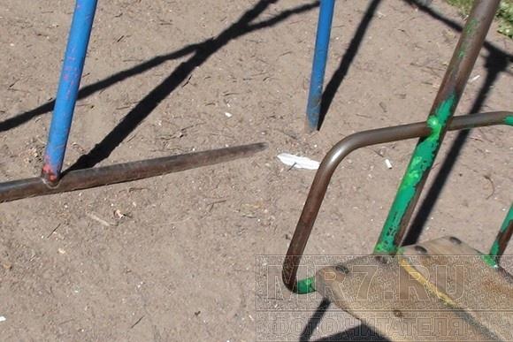 На детских площадках в центре - окурки, бутылки, шприцы и гнилые доски: Фото