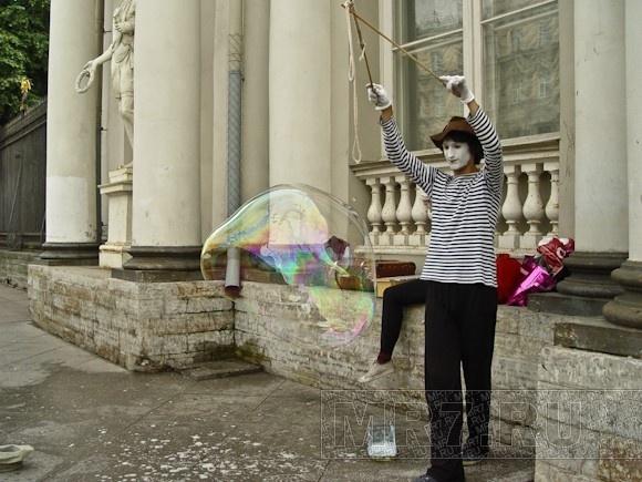 Клоуны-мимы пускали пузыри на Невском: Фото