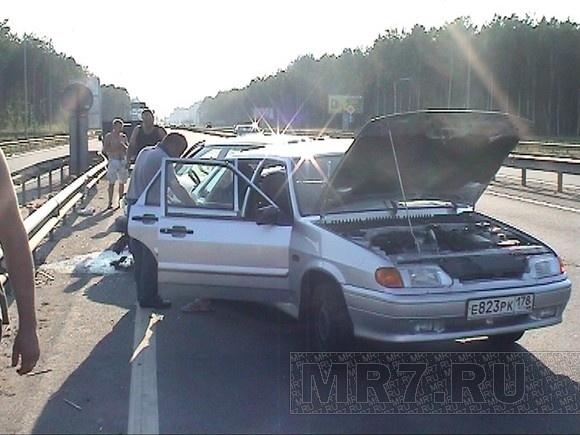 Женщину и трех детей на Колтушском шоссе после столкновения зажало в «Ладе»: Фото