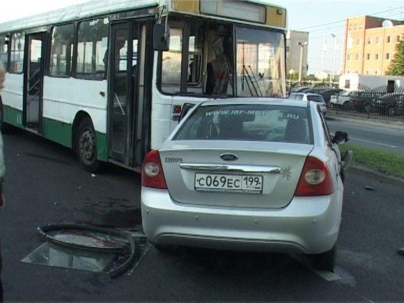 Машина врезалась в автобус, пострадали двое: Фото