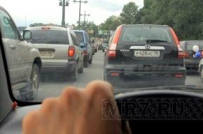 На Выборгском шоссе люди стоят в пробке по нескольку часов