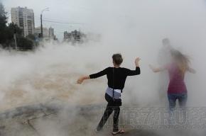 Улица Сикейроса: На месте разрыва трубопровода работают сварщики