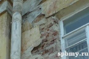 В Колпино на проспекте Ленина на головы прохожим падает штукатурка