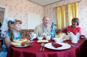 Путин приехал к девочке, которой дарил платье
