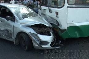 Машина врезалась в автобус, пострадали двое