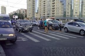 В Кировском районе Петербурга столкнулись две иномарки, есть пострадавшая