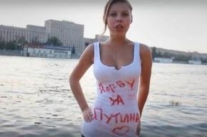 Девушка «Вконтакте» рвёт майку за Путина