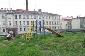 На детских площадках в центре - окурки, бутылки, шприцы и гнилые доски