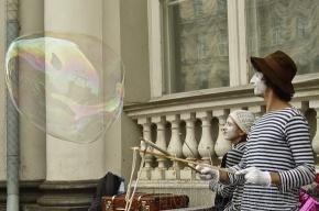 Клоуны-мимы пускали пузыри на Невском