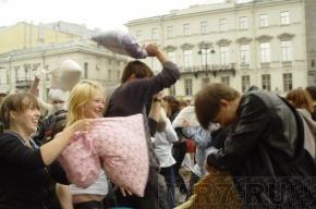 «Подушку мне запили»: в бое подушками принял участие даже полицейский