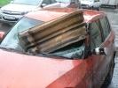 На машину рухнула часть балкона: Фоторепортаж