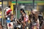 Фоторепортаж: «У метро «Проспект Просвещения» по вечерам выступают индейцы»