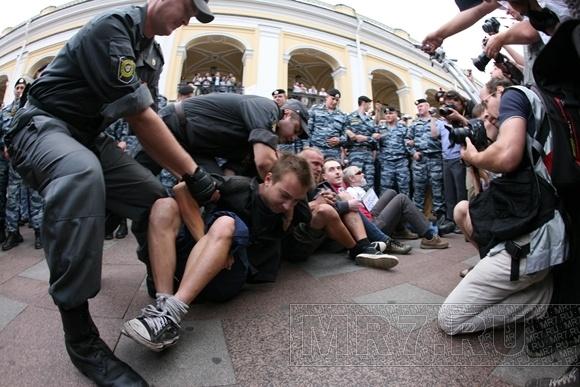 В Петербурге задержали сидевших и аплодировавших: Фото