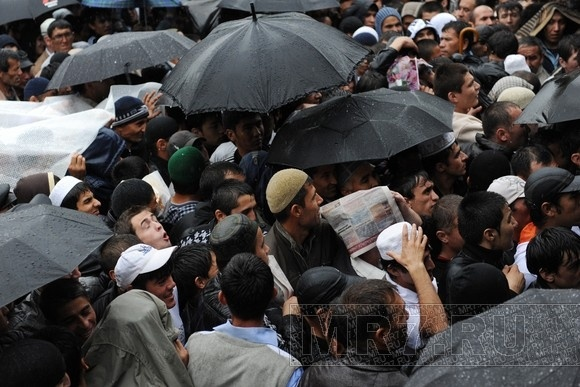 Утро: Мусульмане заполонили станцию метро «Горьковская»: Фото