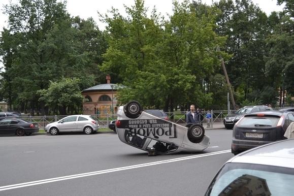 В результате ДТП на углу Херсонской и Бакунина перевернулся автомобиль Дэу: Фото