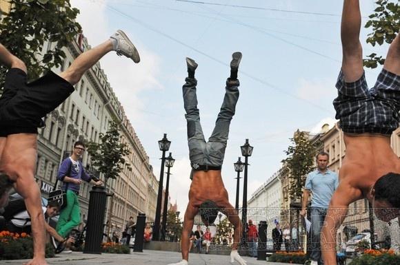 Сторонники здорового образа жизни ходили на руках по Малой Конюшенной: Фото