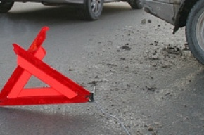 На Стачек легковушка сбила светофор