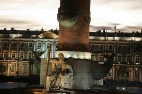 Хулиганы ночью зажгли факел на Ростральной колонне