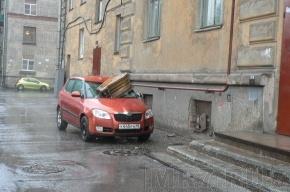 На машину рухнула часть балкона