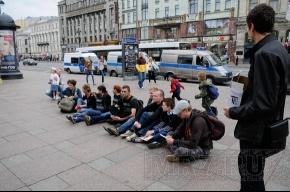 Активисты «Другой России» еще раз посидели у «Гостиного двора»