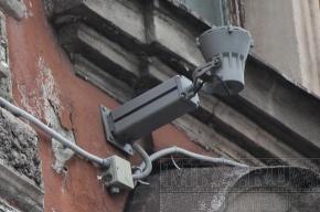 На доме № 1 по улице Льва Толстого фонари висят «на честном слове»