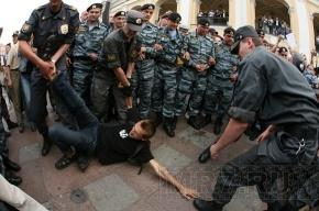 В Петербурге задержали сидевших и аплодировавших