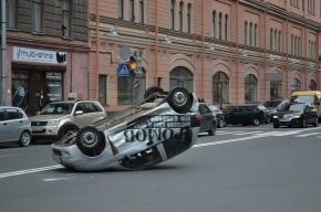 В результате ДТП на углу Херсонской и Бакунина перевернулся автомобиль Дэу